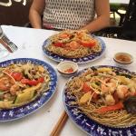 """Plats """"Mi Xao"""" à base de nouilles cuites ou grillées avec morceaux de poulet, bouts de sépias, m"""