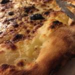 Pizza base crème, aux 3 fromages...  Bonne mais manque cruellement de mozzarella, et on ne met p