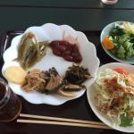 夕食は歯舞コース2人分、国後コース1人分にして3人で分け合いました。 味も量も申し分ありませんでした。 朝食は山菜の煮物など魚介以外のおかずも豊富にありました。 ウーロン茶とカルピスがでました