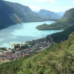 A 3 km, le lac, élu à de multiples reprises le plus beau lac d'Italie