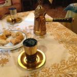 Té verde y pasteles árabes.