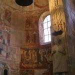 Contrasto tra gli affreschi carolingi e quelli romanici