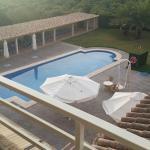 Blick auf den Pool vom Balkon