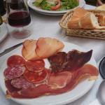 Menú a 12 euros, incluye pan, postre y agua o vino de la casa. Comida básica pero rica!  Para re