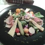 Salade fraîcheur à la tomette de Savoie, jambon cru, coppa, croûtons au basilic