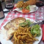 tartine végétarienne et burger servis avec salade et frites maison