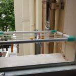 Micro stendipanni che poggia sul davanzale