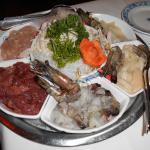 Assortiment de viandes et de poissons pour la fondue