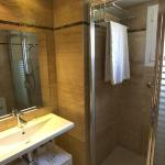 salle de bain très propre et bien équipée