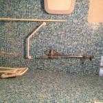 douche handicapée avec saleté et rouille