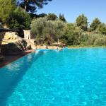 La piscine est splendide. Avec une voiture les plus belles plages sont faciles d'accès (compter
