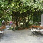 Frühstücksbereich im Garten