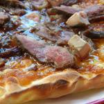 Pizza tout en canard : fois gras, confit d'oignon, confit de canard, magret de canard