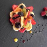 Tortino di pasta frolla con crema chantilly e frutta caramellata