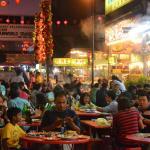 semua makanan chinese food ada disini, tempat sangat menarik untuk santap malam. suasana sangat
