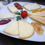 selezione di formaggi e marmellate locali
