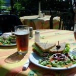Sanwich Passe-Partout, salade et bière en fût