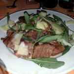Tagliata di carne con scaglie di Parmigiano e rucola