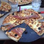 Des supers pizzas très bien garni qui raviront autant les fins gourmets que les grands gourmands