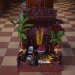 В холле гостей встречает аккуратный домик для духов