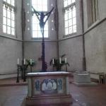 Blick auf den Altar mit Kreuz