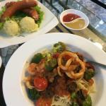 Спагетти с морепродуктами и сосиски Микоян с картофельным пюре .