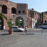 Puerta Pinciana, cerca del Hotel. Por aquí  se llega al Pincio, con vistas sobre parte de Roma.