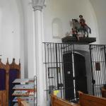 Kirchenausgang mit Beichtstuhl und Heiliger Martin mit Bettler