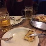 La clásica pizza al tacho con cerveza