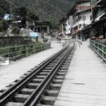 Las vias del tren frente al hotel