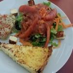 Salada de grãos, salada de folhas e quiche