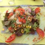 Salade de chèvres chauds : copieuse et goûteuse .