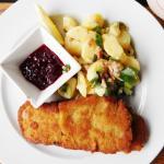 Kalbsschnitzel, Kartoffel-Speck-Salat, Preiselbeeren 21,50 €