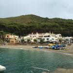 La cala vista de frente desde el sendero que lleva a la cala Aiguafreda, el hotel, a la izquierd