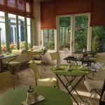 La très agréable salle d'été pour le petit déjeuner