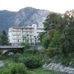 Zicht op het hotel vanaf het strand van Lago Maggiore