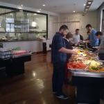 Buffet com vista aberta para a cozinha
