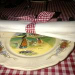 Liebevolle elsässische Tischdekoration beim Wackes in Köln