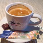 Kawa z naturalną pianką stanowi doskonały dodatek do deseru