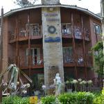 la fachada del hotel desde la esquina de Avellano y Bandurria