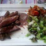 Emincée de canard, sauce moutarde violette (assiette entamée)