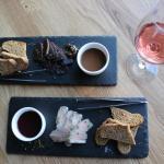 Закуски к вину:  утка в сувиде и оленина с шоколадным соусом