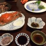 夕食の一部。シャコとイカのお造りは追加注文したものです。