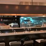 Grand comptoir avec cuisine ouverte