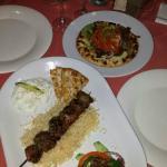 souvlaki de cordero y arroz y naan de acompañante