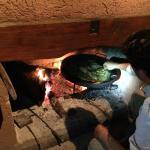 Вот так иногда готовят блюда на ужин, прямо у вашего камина
