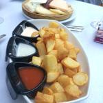 Patatas 3 salsas (brava, ali-oli, cabrales)