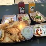 Nachos con guacamole, burritos, churros con crema y sodas mexicanas
