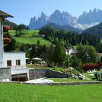 Hotel Tyrol mit Geislerspitzen