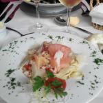 Entrée linguini saumon, crevettes, scampis, crabe, crème de tomate sechée